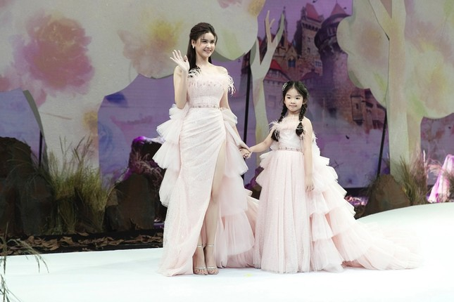 Trương Quỳnh Anh diện đầm hồng công chúa ngọt ngào, làm vedette trong show thời trang ảnh 5
