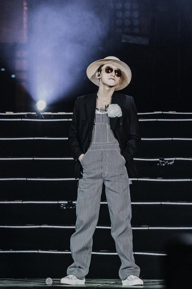 Không phải V (BTS) hay Sơn Tùng M-TP, Vương Nhất Bác mới là người đầu tiên mặc set đồ này ảnh 6