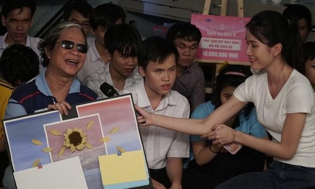Tập 2 Người Đẹp Nhân Ái: Thí sinh Hoa Hậu Việt Nam 2020 tri ân người lái đò khiếm thị ảnh 6