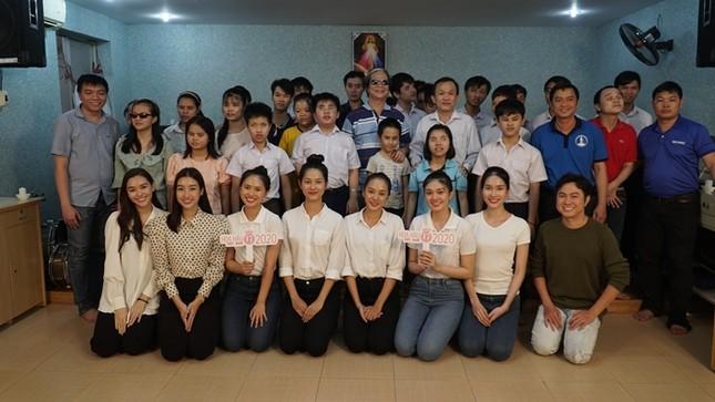 Tập 2 Người Đẹp Nhân Ái: Thí sinh Hoa Hậu Việt Nam 2020 tri ân người lái đò khiếm thị ảnh 5