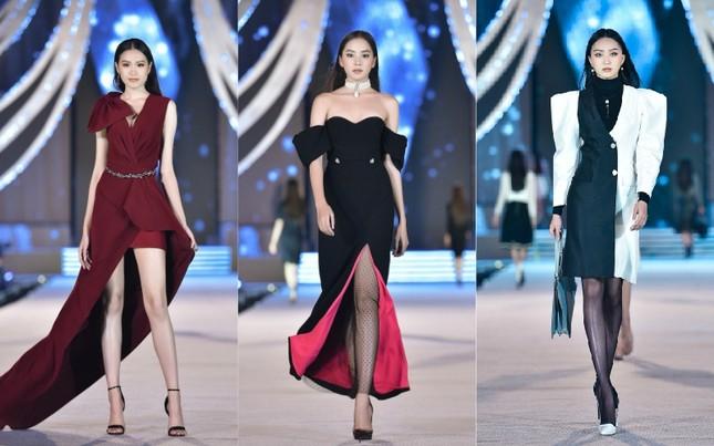 """Hoa hậu Lương Thùy Linh """"kết sổ"""" đêm thi Người đẹp Thời trang với màn catwalk cực đỉnh ảnh 2"""