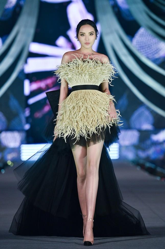 Hoa hậu Tiểu Vy, Kỳ Duyên đọ trình catwalk cùng thí sinh Top 35 Hoa Hậu Việt Nam 2020 ảnh 4