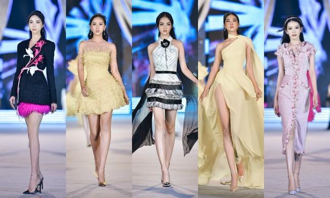 Hoa hậu Tiểu Vy, Kỳ Duyên đọ trình catwalk cùng thí sinh Top 35 Hoa Hậu Việt Nam 2020 ảnh 2