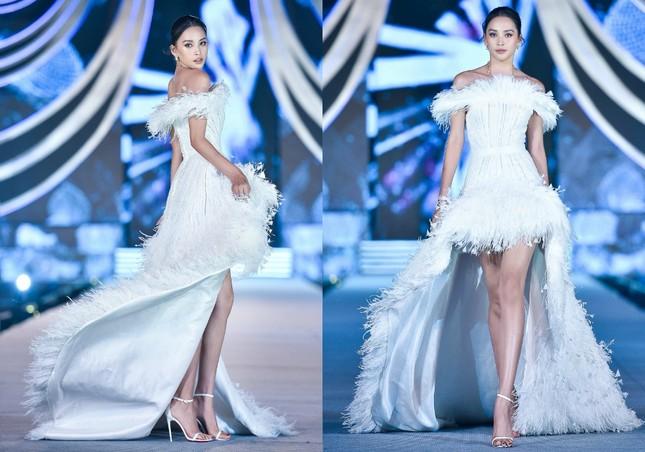 Hoa hậu Tiểu Vy, Kỳ Duyên đọ trình catwalk cùng thí sinh Top 35 Hoa Hậu Việt Nam 2020 ảnh 5