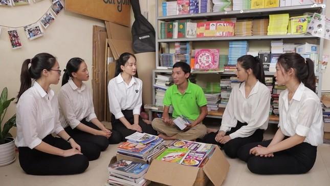 Dự án Nhân ái của Hoa Hậu Việt Nam 2020 đưa sách tới các em nhỏ trường Tiểu học Bù Cà Mau ảnh 1