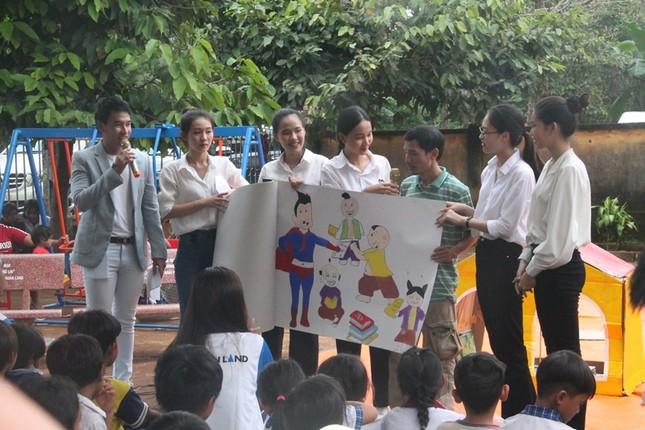 Dự án Nhân ái của Hoa Hậu Việt Nam 2020 đưa sách tới các em nhỏ trường Tiểu học Bù Cà Mau ảnh 6