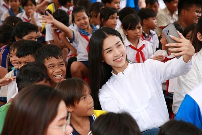 Dự án Nhân ái của Hoa Hậu Việt Nam 2020 đưa sách tới các em nhỏ trường Tiểu học Bù Cà Mau ảnh 5