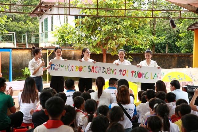 Dự án Nhân ái của Hoa Hậu Việt Nam 2020 đưa sách tới các em nhỏ trường Tiểu học Bù Cà Mau ảnh 3