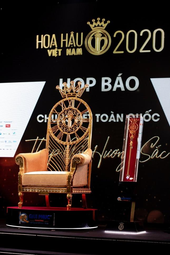Ngắm cận cảnh vương miện, quyền trượng và ghế đăng quang của tân Hoa Hậu Việt Nam 2020 ảnh 4