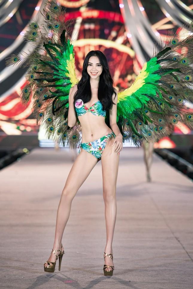 Top 35 Hoa Hậu Việt Nam biến sân khấu thành lễ hội Carnival trong phần thi Người đẹp Biển ảnh 2