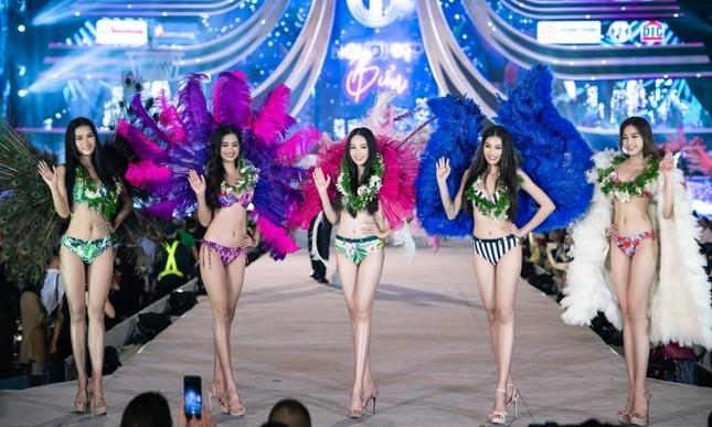 Top 35 Hoa Hậu Việt Nam biến sân khấu thành lễ hội Carnival trong phần thi Người đẹp Biển ảnh 6