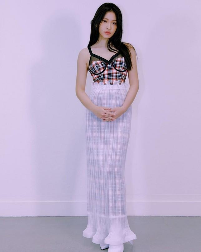"""Đụng hàng váy hiệu với Jisoo BLACKPINK, Yeri Red Velvet bị chê như """"nàng tiên cá mắc lưới"""" ảnh 5"""