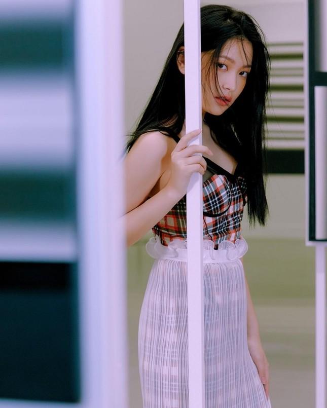 """Đụng hàng váy hiệu với Jisoo BLACKPINK, Yeri Red Velvet bị chê như """"nàng tiên cá mắc lưới"""" ảnh 4"""