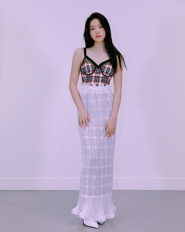 """K-Pop có thêm """"nàng tiên cá bị mắc lưới"""", stylist nhà BLACKPINK lại được ca ngợi hết lời ảnh 2"""