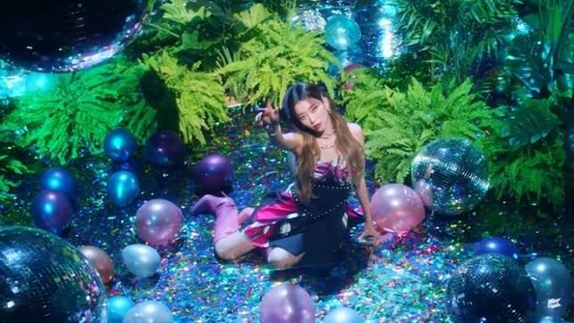 """MV """"So Bad"""" của STAYC bị tố đạo nhái Miley Cyrus, tới mức công ty sản xuất phải xin lỗi ảnh 1"""