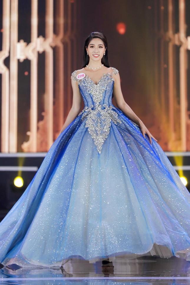 Ngắm Top 10 Hoa Hậu Việt Nam 2020 xinh đẹp lộng lẫy trong trang phục dạ hội ảnh 1