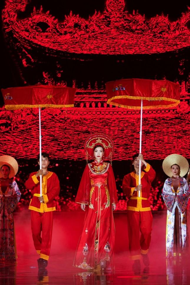 Hoa hậu Mỹ Linh ăn chay để hóa thân thành Thánh Mẫu trong màn trình diễn áo dài ảnh 1
