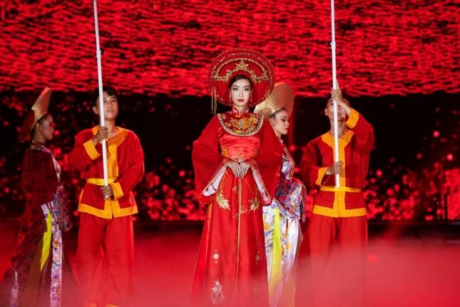 Hoa hậu Mỹ Linh ăn chay để hóa thân thành Thánh Mẫu trong màn trình diễn áo dài ảnh 5
