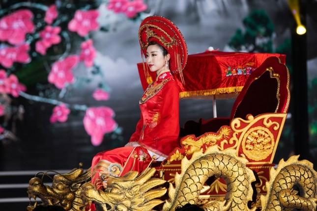 Hoa hậu Mỹ Linh ăn chay để hóa thân thành Thánh Mẫu trong màn trình diễn áo dài ảnh 3
