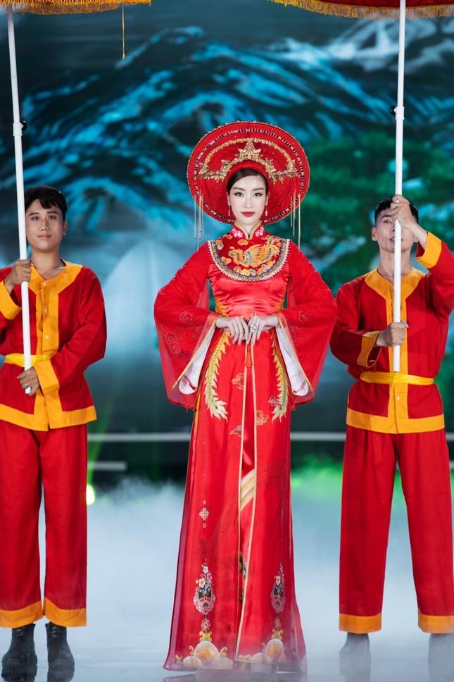 Hoa hậu Mỹ Linh ăn chay để hóa thân thành Thánh Mẫu trong màn trình diễn áo dài ảnh 2