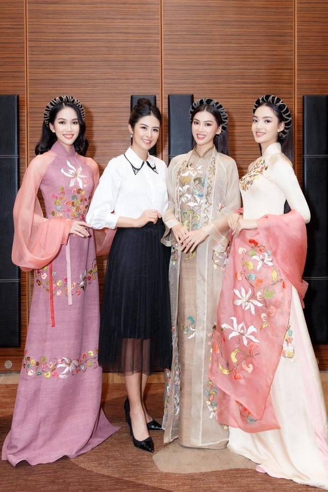 Ngắm trọn bộ sưu tập áo dài đêm Chung kết Hoa Hậu Việt Nam 2020 của Hoa hậu Ngọc Hân ảnh 3