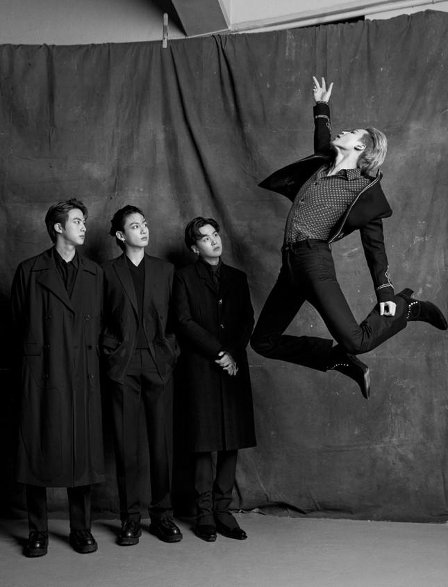 Jimin (BTS) khiến fan bị choáng khi đi đôi bốt cao 8.5cm trong loạt ảnh chụp cho Esquire ảnh 1