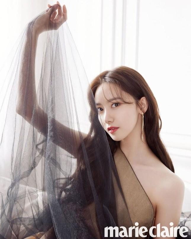 """Netizen Hàn đổi danh xưng từ """"nữ thần"""" sang """"công chúa"""" cho Yoona chỉ vì tấm ảnh bìa này ảnh 2"""