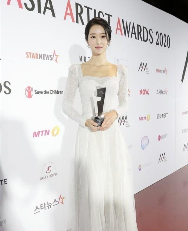 Xuất hiện trên thảm đỏ AAA 2020 với mẫu váy phong cách cô dâu, Seo Ye Ji bị chê nhạt nhòa ảnh 3