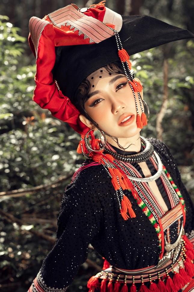 """Thúy Ngân """"hóa thân"""" thành cô gái dân tộc xinh đẹp cuốn hút giữa rừng thông ảnh 10"""