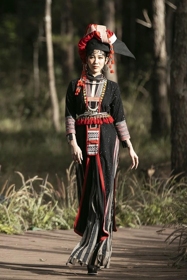 """Thúy Ngân """"hóa thân"""" thành cô gái dân tộc xinh đẹp cuốn hút giữa rừng thông ảnh 1"""