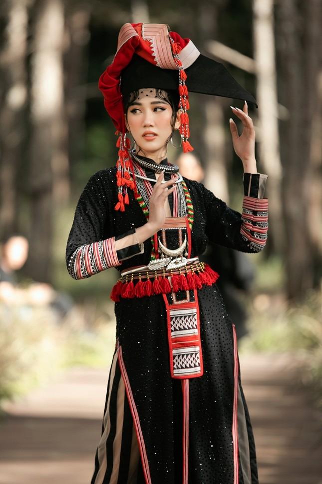 """Thúy Ngân """"hóa thân"""" thành cô gái dân tộc xinh đẹp cuốn hút giữa rừng thông ảnh 2"""