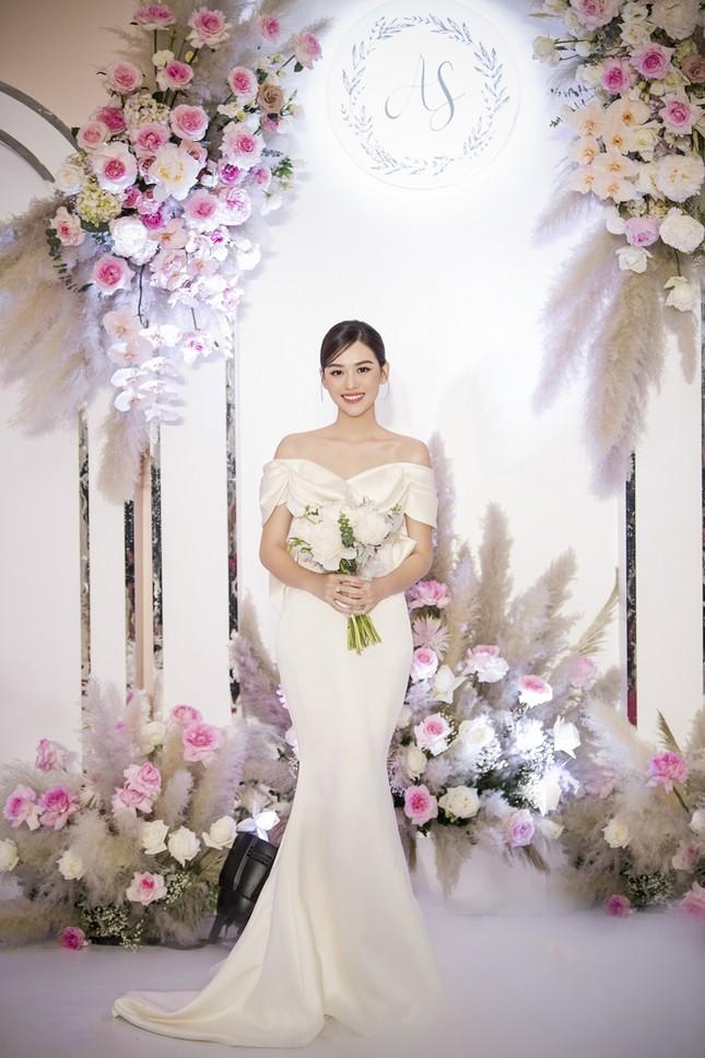 Tường San xinh như công chúa, đọ sắc với Tiểu Vy, Mỹ Linh, Lương Thùy Linh trong ngày cưới ảnh 1
