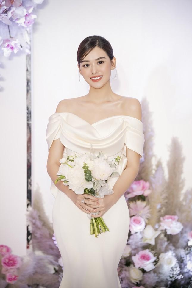 Tường San xinh như công chúa, đọ sắc với Tiểu Vy, Mỹ Linh, Lương Thùy Linh trong ngày cưới ảnh 2
