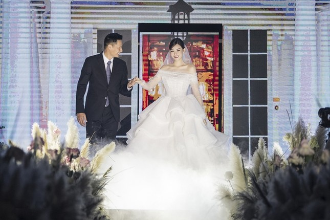 Tường San xinh như công chúa, đọ sắc với Tiểu Vy, Mỹ Linh, Lương Thùy Linh trong ngày cưới ảnh 4
