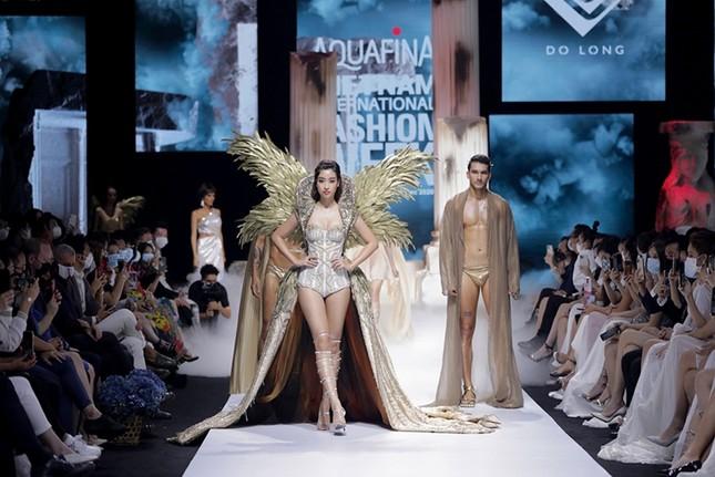 """Chi Pu có quá can đảm khi dám diện chiếc váy 40kg """"đụng hàng"""" Hoa hậu Mỹ Linh & H'Hen Niê? ảnh 1"""