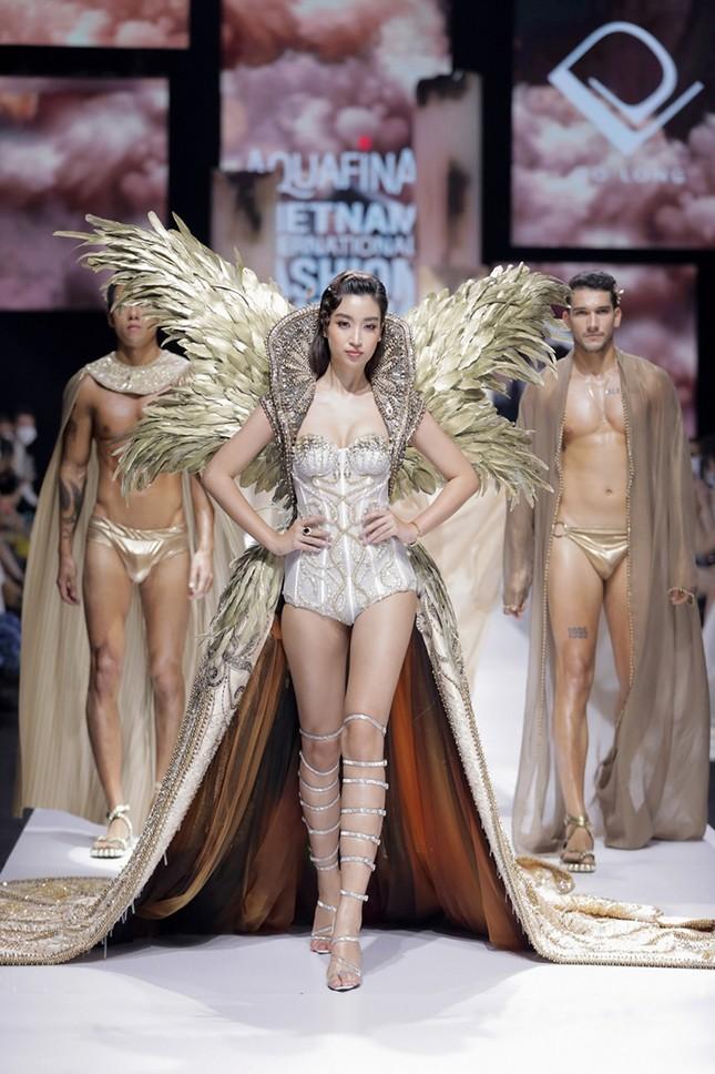 """Chi Pu có quá can đảm khi dám diện chiếc váy 40kg """"đụng hàng"""" Hoa hậu Mỹ Linh & H'Hen Niê? ảnh 2"""