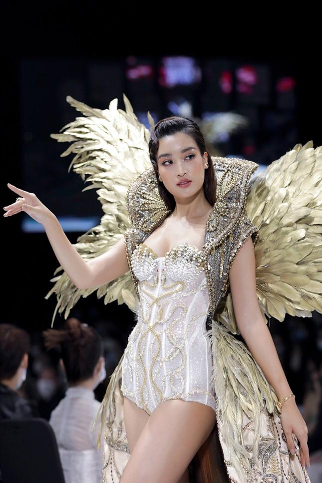 """Chi Pu có quá can đảm khi dám diện chiếc váy 40kg """"đụng hàng"""" Hoa hậu Mỹ Linh & H'Hen Niê? ảnh 3"""