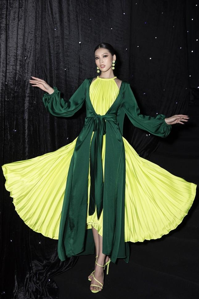 Ảnh hậu trường của Hoa hậu Đỗ Thị Hà xinh đẹp, thần thái khác hẳn trên sàn catwalk ảnh 3