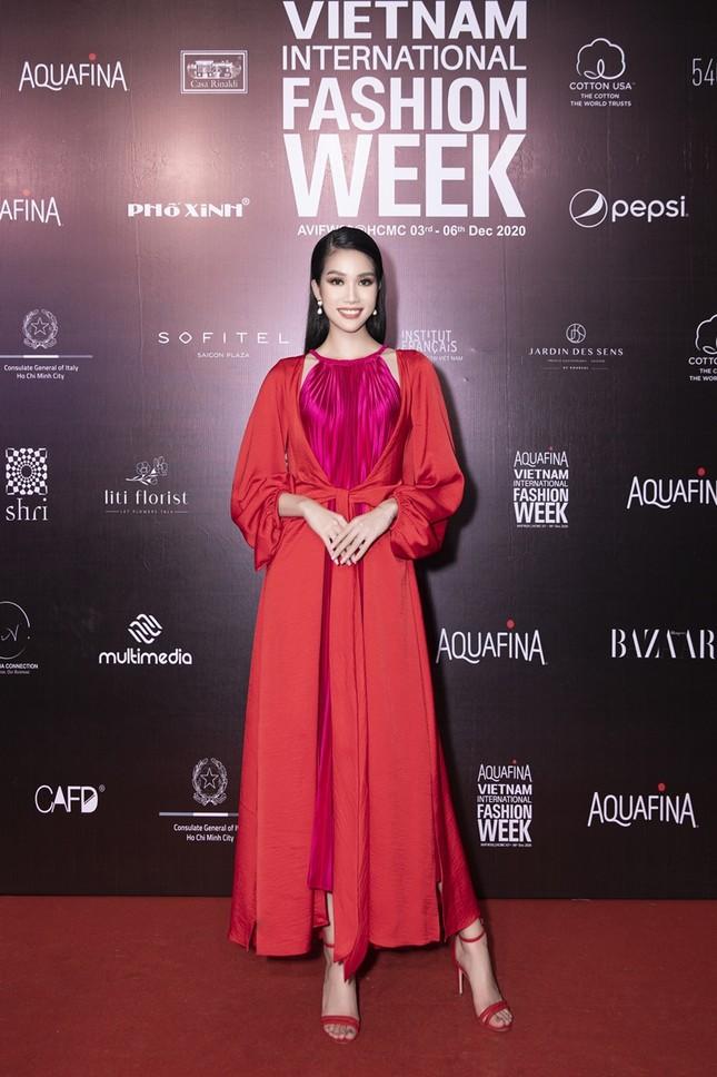 Ảnh hậu trường của Hoa hậu Đỗ Thị Hà xinh đẹp, thần thái khác hẳn trên sàn catwalk ảnh 2