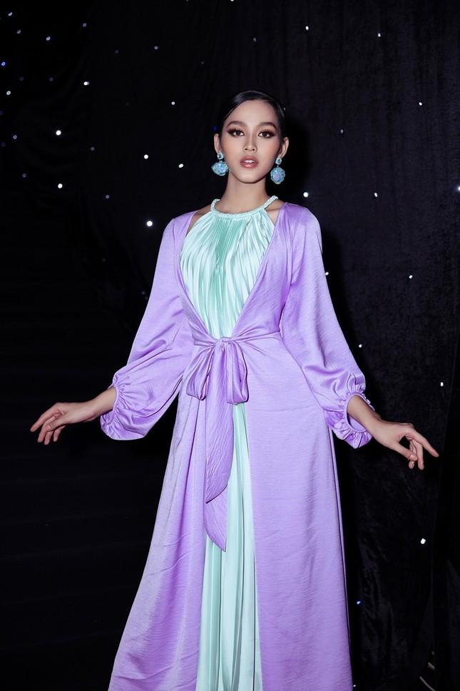 Ảnh hậu trường của Hoa hậu Đỗ Thị Hà xinh đẹp, thần thái khác hẳn trên sàn catwalk ảnh 1
