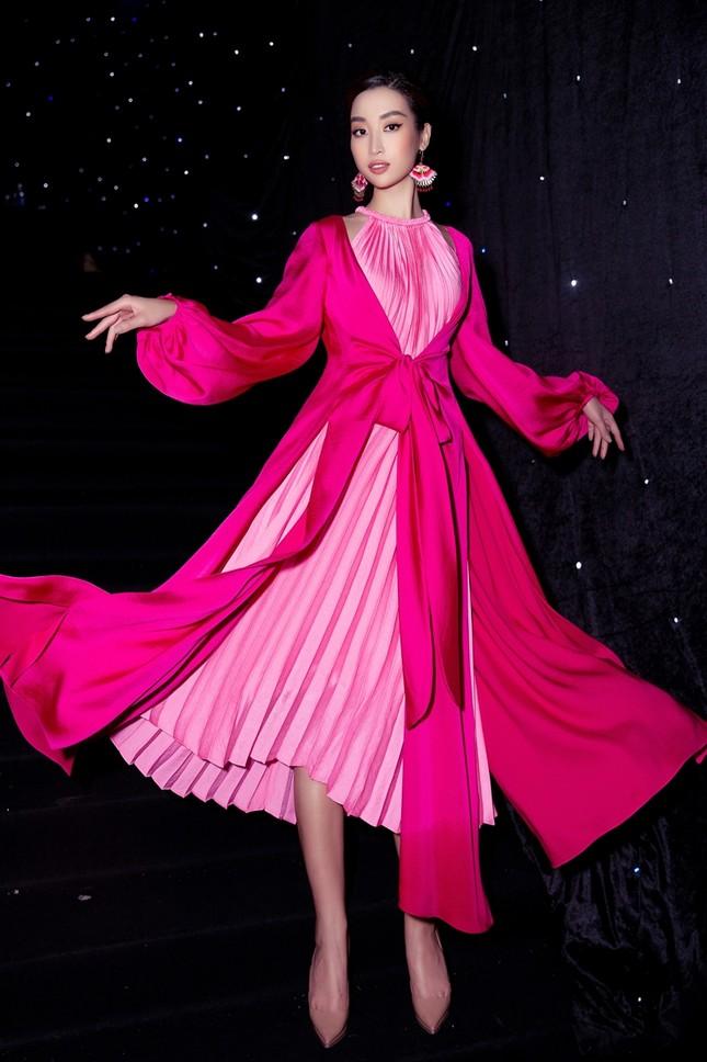 Ảnh hậu trường của Hoa hậu Đỗ Thị Hà xinh đẹp, thần thái khác hẳn trên sàn catwalk ảnh 5