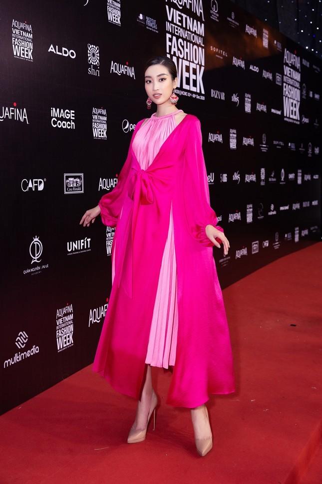 Ảnh hậu trường của Hoa hậu Đỗ Thị Hà xinh đẹp, thần thái khác hẳn trên sàn catwalk ảnh 4