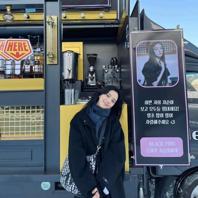 """Rosé gửi xe cà phê cho Jisoo đến phim trường """"Snowdrop"""" với lời nhắn nhủ đáng yêu cực kỳ ảnh 5"""