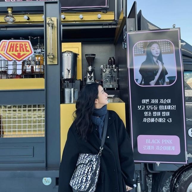 """Rosé gửi xe cà phê cho Jisoo đến phim trường """"Snowdrop"""" với lời nhắn nhủ đáng yêu cực kỳ ảnh 3"""