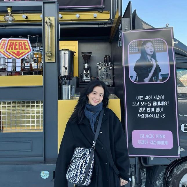 """Rosé gửi xe cà phê cho Jisoo đến phim trường """"Snowdrop"""" với lời nhắn nhủ đáng yêu cực kỳ ảnh 1"""