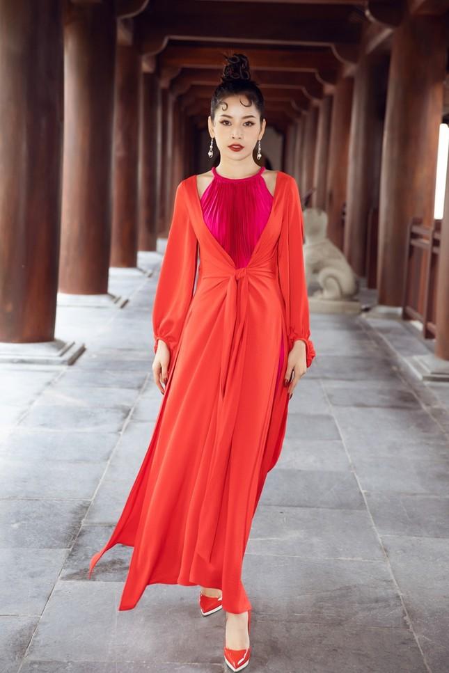 Hoa hậu Tiểu Vy, Mỹ Linh, Hương Giang, Chi Pu khoe thần thái trong cái lạnh dưới 10 độ ảnh 9