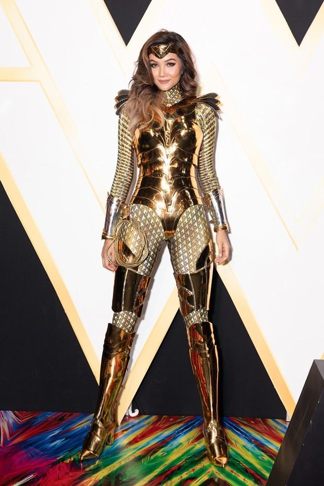 Hoa hậu H'Hen Niê có màn cosplay Wonder Woman siêu đẳng cấp trên thảm đỏ ra mắt phim ảnh 1