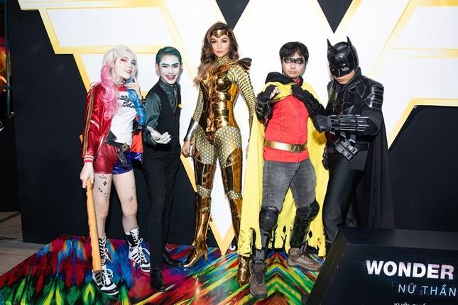 Hoa hậu H'Hen Niê có màn cosplay Wonder Woman siêu đẳng cấp trên thảm đỏ ra mắt phim ảnh 3