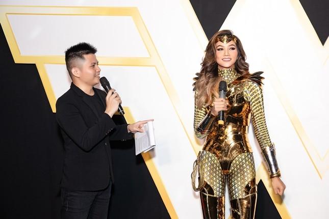 Hoa hậu H'Hen Niê có màn cosplay Wonder Woman siêu đẳng cấp trên thảm đỏ ra mắt phim ảnh 2