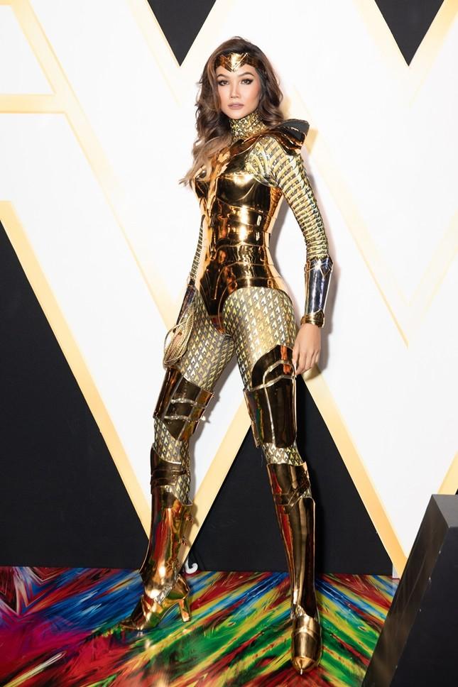 Hoa hậu H'Hen Niê có màn cosplay Wonder Woman siêu đẳng cấp trên thảm đỏ ra mắt phim ảnh 4